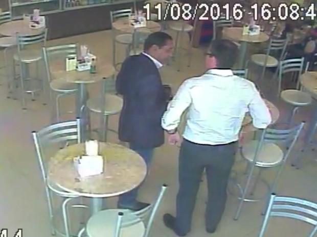 Imagens mostram o presidente da Câmara de Ribeirão, Walter Gomes, e o empresário Marcelo Plastino, da Atmosphera, em uma loja de conveniência (Foto: Reprodução/Circuito interno de segurança)