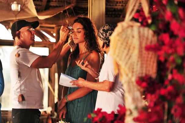 Equipe dá retoques finais na maquiagem de Débora Nascimento, que será a bugueira Taís, que vai arrasar corações (Foto: João Miguel JR./Rede Globo)