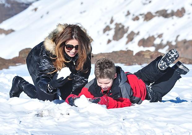 A atriz se diverte na neve com o garotinho (Foto: Deco Rodrigues/Revista QUEM)