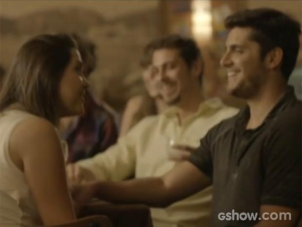 Bárbara (Polliana Aleixo) elogia André (Bruno Gissoni) na frente da turma e ele gosta (Foto: Em Família/TV Globo)
