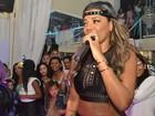 MC Ludmilla se apresenta de barriga de fora em show fechado