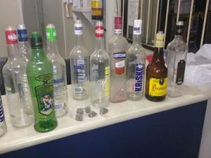 Polícia apreendeu 17 litros de bebida alcoólica na festa (Foto: Divulgação / Polícia Militar)
