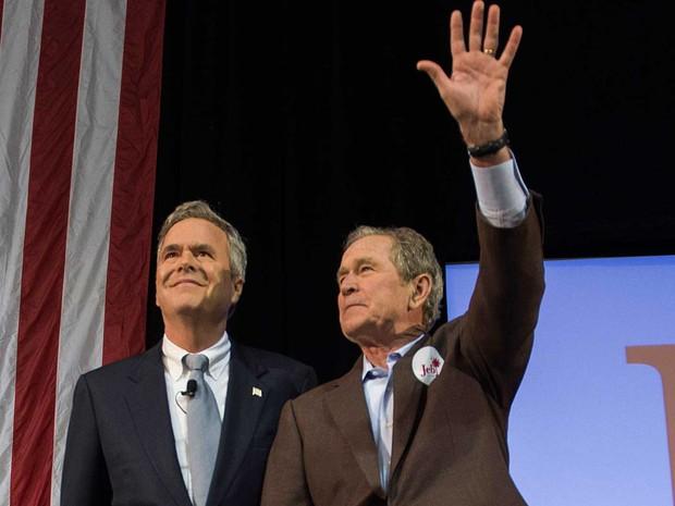 O ex-presidente dos EUA, George W. Bush (à direita), e seu irmão, o pré-candidato republicano à Casa Branca, Jeb Bush (Foto: AFP Photo)