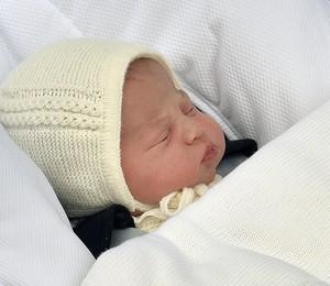 A filha recém-nascida de Kate Middleton e do príncipe William na saída da maternidade, dia 2, quando nasceu (Foto: John Stillwell/Pool via AP)