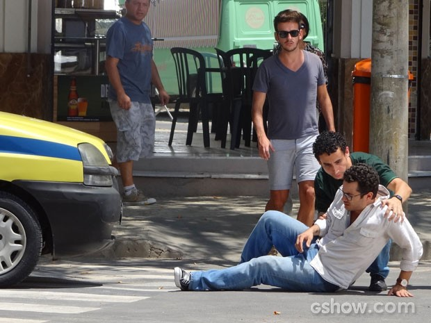 Felipe não presta atenção e causa acidente (Foto: Em Família / TV Globo)