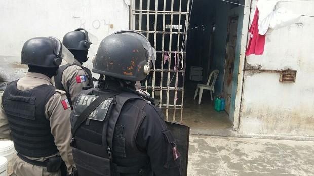Polícia procura materiais ilicítos nas dependências do presídio (Foto: Divulgação/Seris)