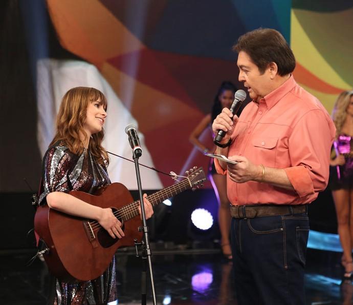Gabrielle conversa com Faustão no palco do Domingão (Foto: Carol Caminha/Gshow)