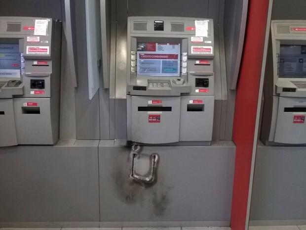 Arrombamento do caixa do Banco do Brasil, em Gravaitaí  (Foto: Divulgação/17º BPM)