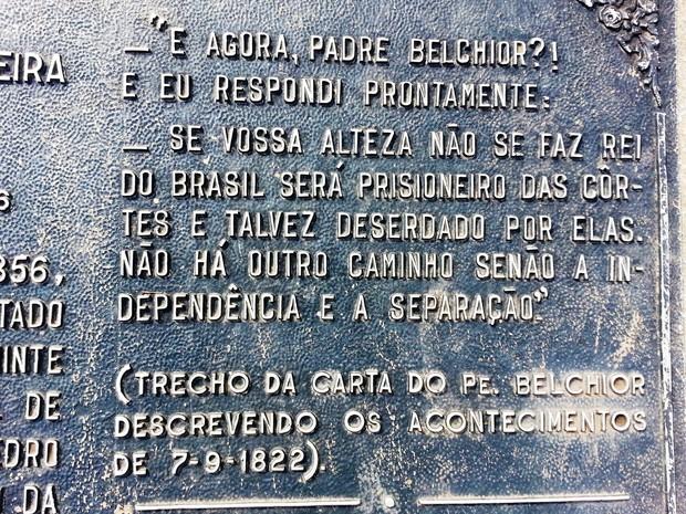 Placa em monumento a Belchior cita trecho de memória dele sobre conselho a Dom Pedro I (Foto: Ricardo Welbert/G1)
