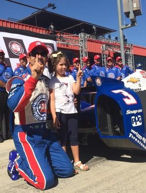 Hélio Castroneves comemora a pole position ao lado da filha, Mikaella, de 4 anos (Foto: Divulgação)