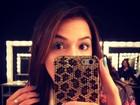 Bruna Marquezine posa com cílios azuis nos bastidores do Fashion Rio