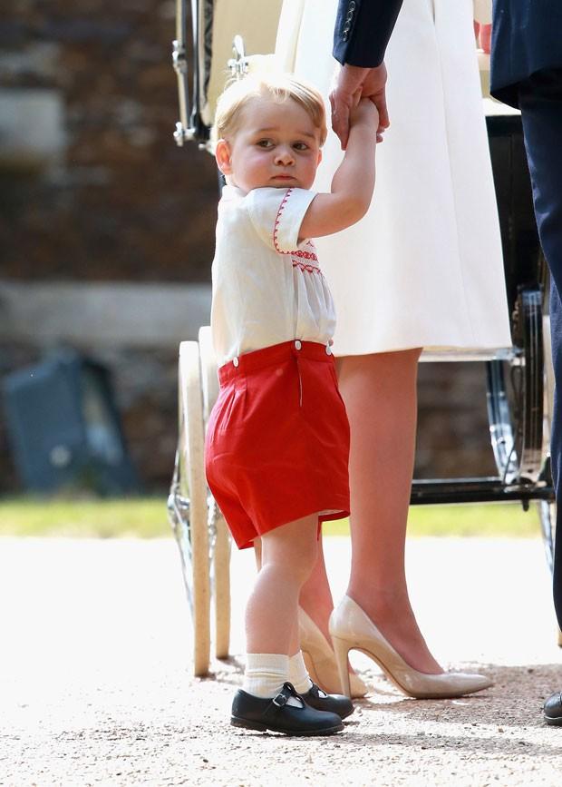 O príncipe George é visto ao chegar com os pais para o batizado da irmã, a princesa Charlotte, neste domingo (5) (Foto: Matt Dunham/AP)