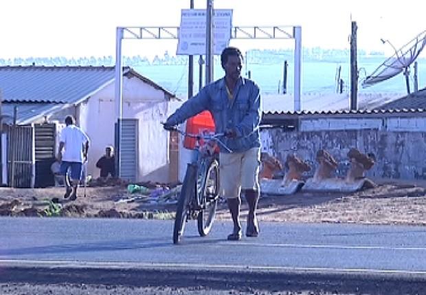 Homem arrisca a vida atravessando rodovia movimenta em Severínia (Foto: Reprodução / TV TEM)