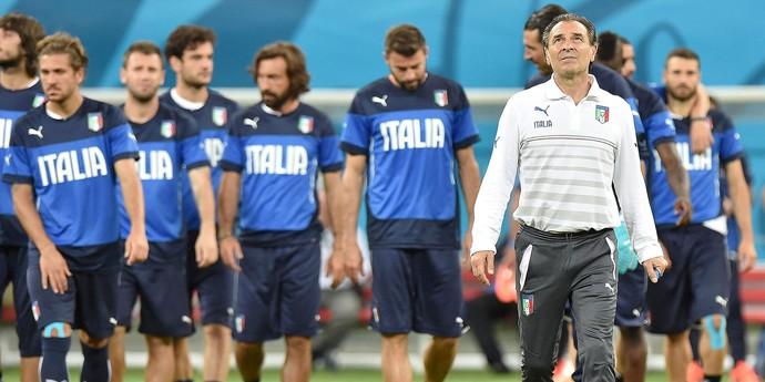 Cesare Prandelli com os jogadores no treino da Itália (Foto: EFE)