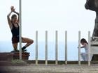 Grazi Massafera brinca com a filha em praia do Rio