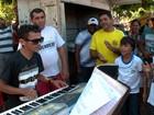 Tecladista do Piauí faz sucesso com covers em seu inglês muito particular