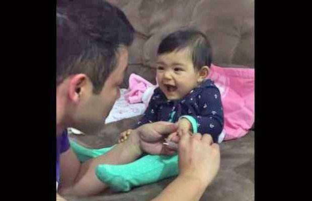 Bebê Marcelinha dá risada na hora do pai cortar a unha (Foto: Reprodução/YouTube/Flavio Iwama)