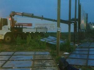 Prefeitura de Araguaína diz que derrubou mídia em ação de limpeza visual (Foto: Divulgação/Sintet)