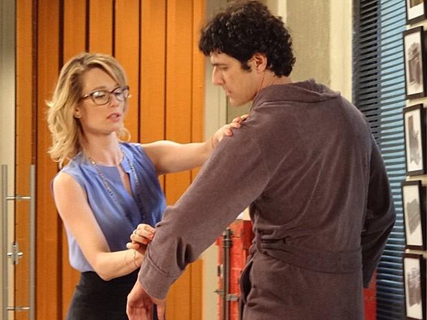 Juliana dá dicas para Nando sair bonito nas fotos (Foto: Guerra dos Sexos / TV Globo)