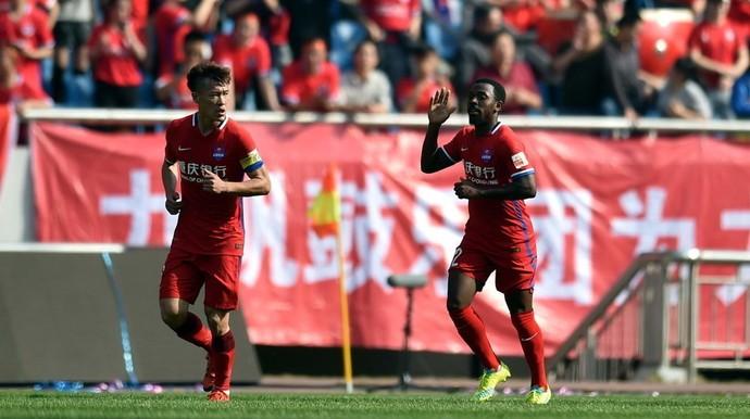 Fernandinho comemora gol Chongqing Lifan (Foto: Reprodução Sina.com)