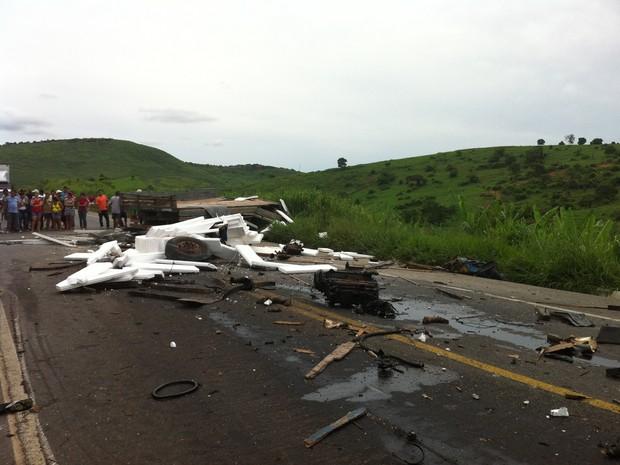 Destroços do caminhão ficaram espalhados pela BR-116. (Foto: Diego Souza/G1)
