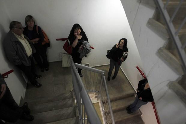 Israelenses se protegem em escada de prédio de hospital após ouvirem sirenes antiaéreas nesta sexta-feira (16) em Jerusalém (Foto: Reuters)