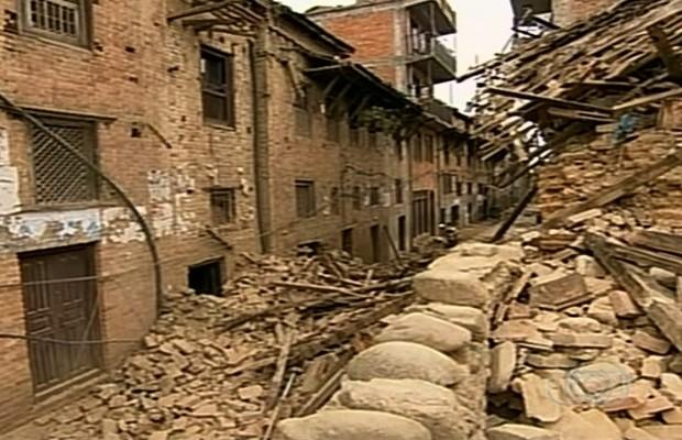 Terremoto de grande escala destruiu casas, prédios e templos no Nepal (Foto: Reprodução/TV Anhanguera)
