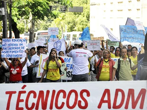 Servidores federais fizeram passeata durante a manhã desta quinta-feira em Cuiabá. (Foto: Leandra Ribeiro / G1)