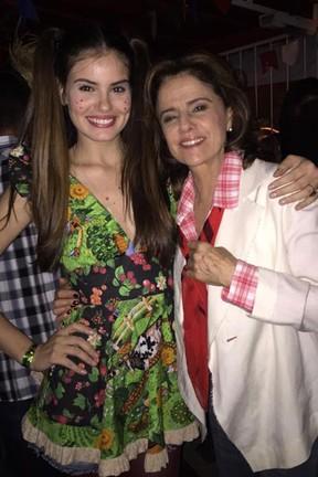 Camila Queiroz e Marieta Severo em festa julina no Rio (Foto: Twitter/ Reprodução)