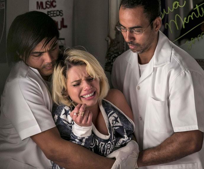 Belisa tenta escapar de médicos, mas é em vão (Foto: Inácio Moraes/Gshow)