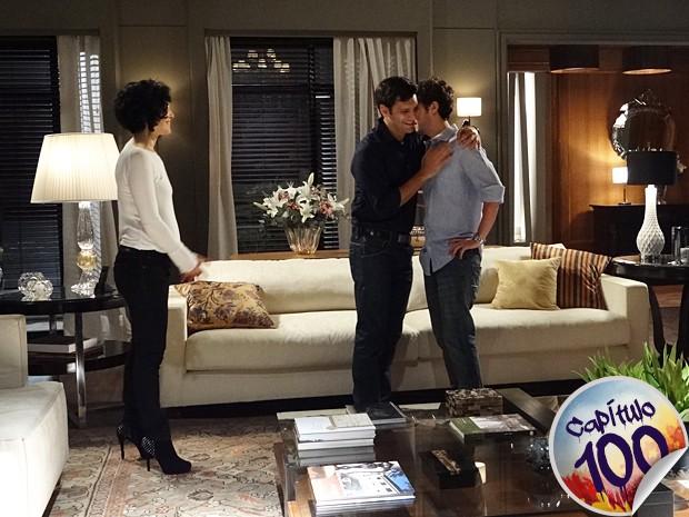 Maurício abraça Érico e apoia o romance dele com sua mãe (Foto: Sangue Bom/TV Globo)