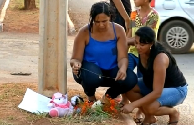Mulheres deixam pertences no local do tiroteio que matou menina em Formosa, Goiás (Foto: Reprodução/ TV Anhanguera)