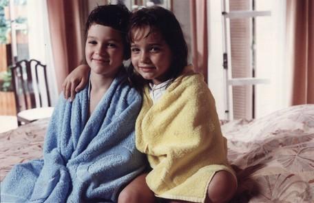 'Felicidade' (1991) marcou a estreia de Tatyane Goulart, aos 7 anos, na TV Globo. Na foto, com o ator Eduardo Caldas, seu irmão na trama TV Globo/Claudia Dantas