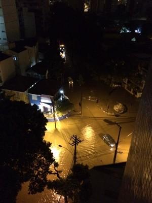 Rua Heitor Beltrão, na Tijuca, alagada (Foto: Cristina Gonçalves/Arquivo pessoal)