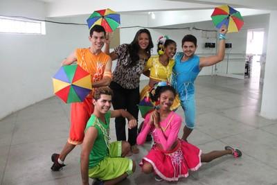 Professora de ed. física Adyla Teixera e os dançarinos de frevo dão dicas de como dançar sem se descuidasr da saúde  (Foto: Emerson Rocha)