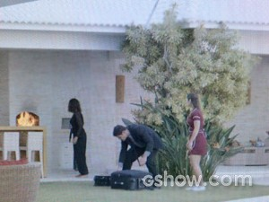 Branca recebe ajuda de Afonso e Zu (Foto: Em Família/ TV Globo)