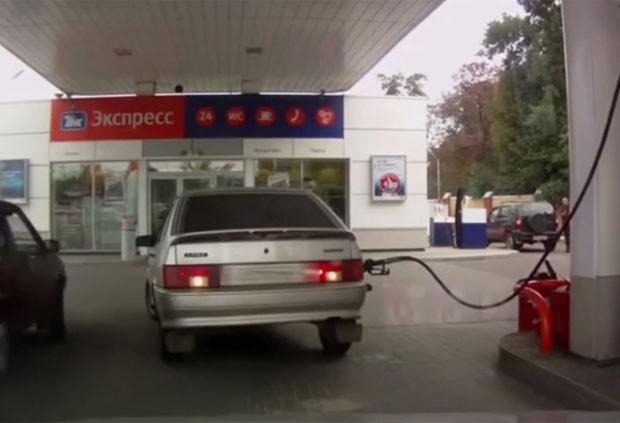 Motorista russa protagonizou uma cena bizarra em um posto de combustível na Rússia. (Foto: Reprodução/YouTube/Видео)