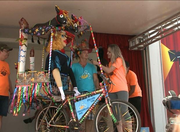 Artesão Sílvio Serra usou da própria arte para tornar a bicicleta uma obra-prima (Foto: Reprodução/TV Mirante)