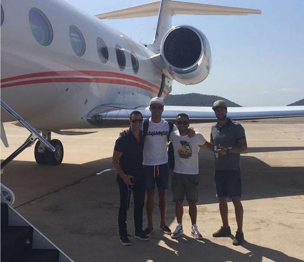 Cristiano Ronaldo com amigos ao lado de seu jatinho particular (Foto: Reprodução/Instagram)