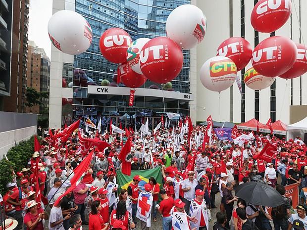 Membros de Centrais Sindicais realizam ato em frente à sede da Petrobras, na avenida Paulista, em São Paulo. O ato é uma resposta as manifestações contra o PT e o governo Dilma Rousseff, previstos para domingo (15) (Foto: Paulo Pinto/Fotos Públicas)