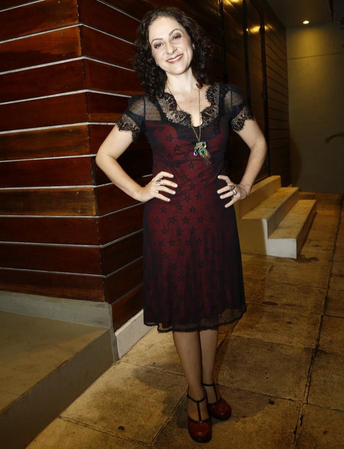 De vestido com detalhes em renda, Josie Antello esbanja simpatia (Foto: Raphael Dias/Gshow)