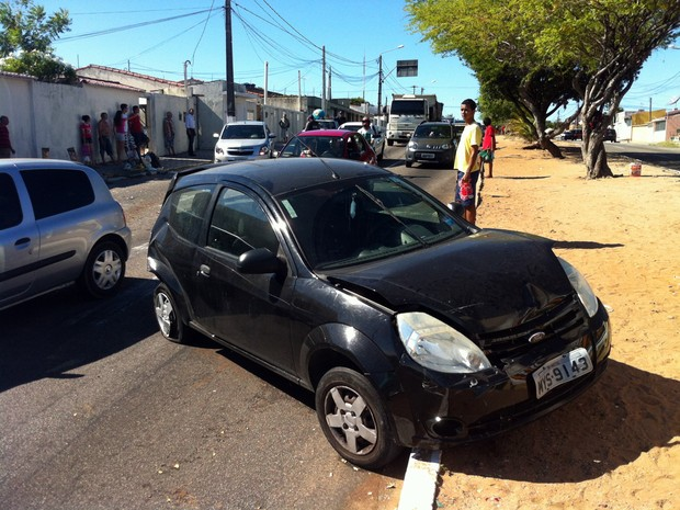 Carro foi atingido por uma camionete e ficou em cima do canteiro central da avenida Prudente de Morais (Foto: Jocaff Souza/G1)
