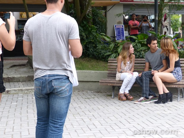 Pedestres registram a discussão entre os três (Foto: Malhação / TV Globo)