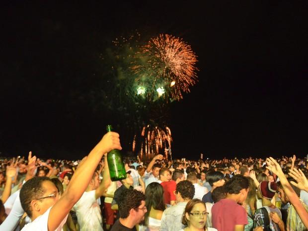 Chegada de 2016 foi brindada com muito champanhe nas areias da orla da capital paraibana (Foto: Diogo Almeida/G1)
