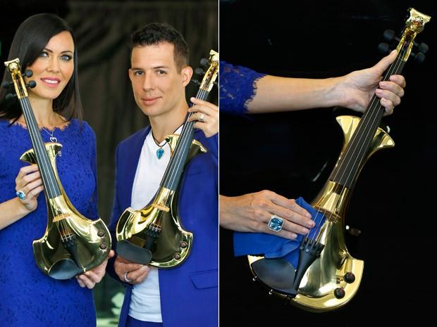 Linzi Stoppard e Ben Lee, do FUSE, posam com violinos de US$ 2 milhões (Foto: AP Photo/Kirsty Wigglesworth)