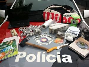 Objetos apreendidos pela PM durante operação do Gaeco em casa no Jardim Esperança (Foto: Polícia Militar/divulgação)