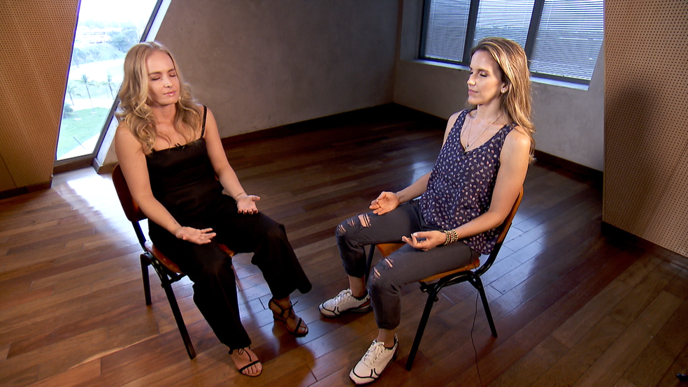 Angélica e Mariana Ferrão meditando (Foto: Reprodução/TV Globo)