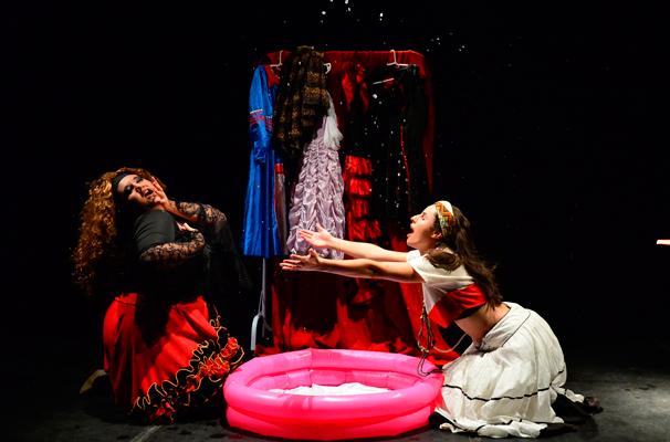 Liza Caetano e Lauanda Varone em cena da peça de Tellategui (Foto: Eduardo Enomoto)