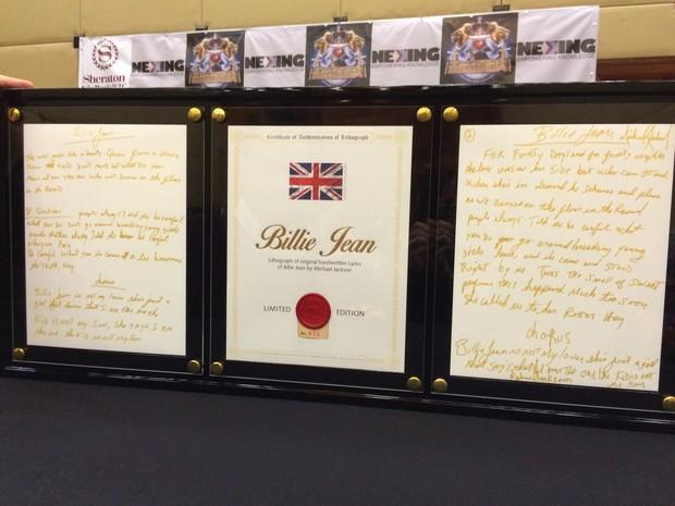 Uma placa com a letra da música de Billie Jean (Foto: EGO)