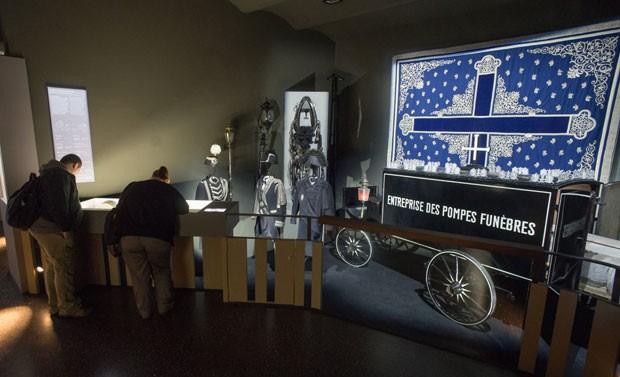 Visitantes em uma das salas do museu (Foto: Joe Klamar/AFP)